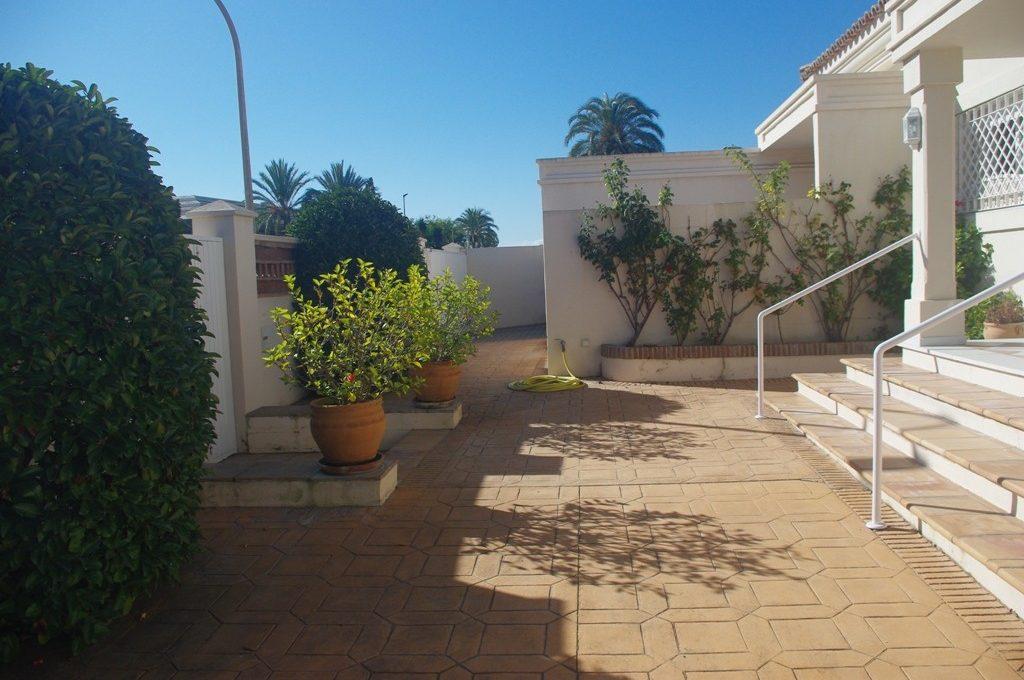 beautiful-front-line-golf-villa-in-guadalmina-alta-4-c23c0f86247804fa50226aecd8b0b2c8